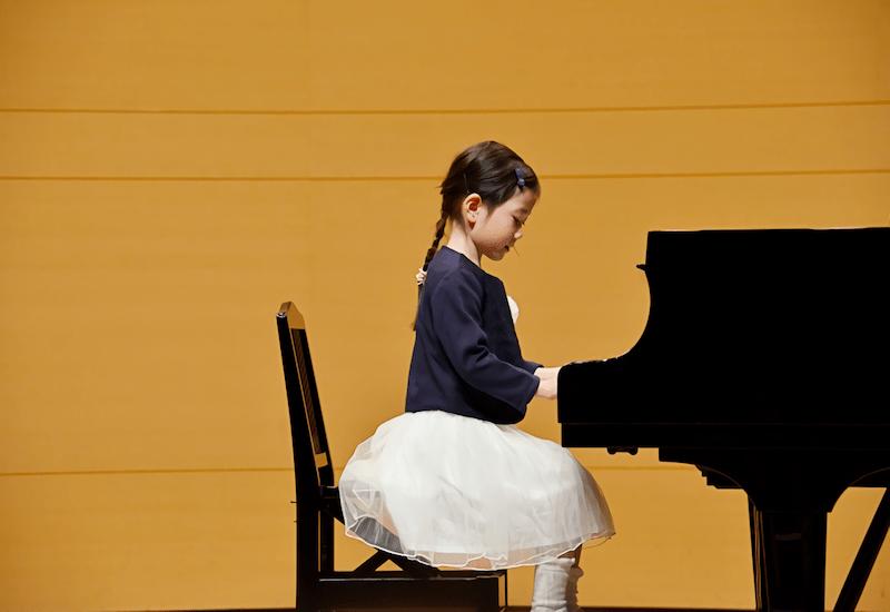 ピアノを演奏する少女