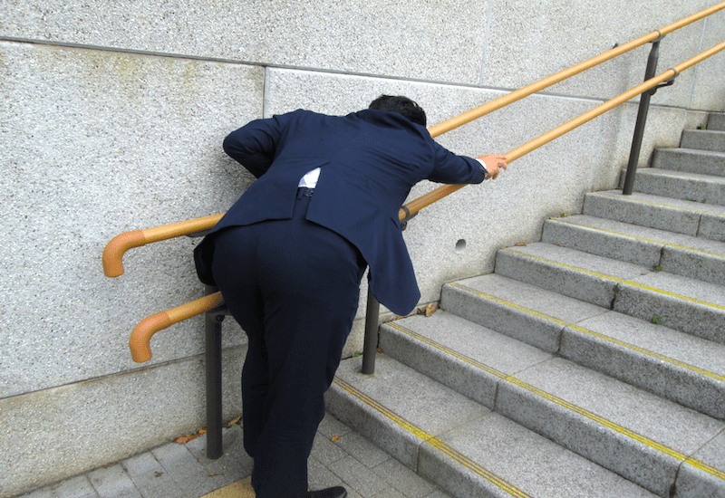 疲労困憊・筋肉痛の男性