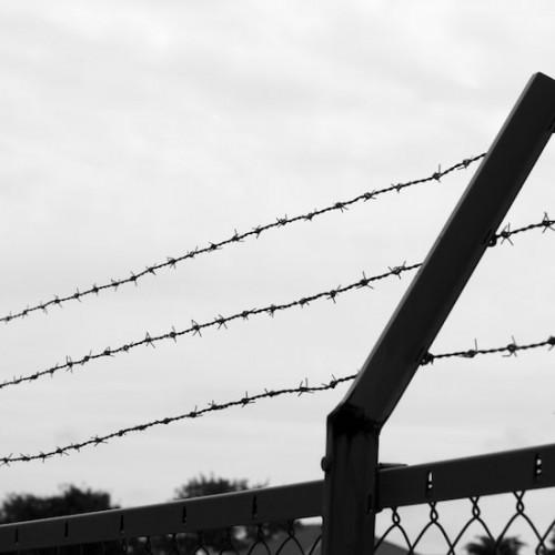 有刺鉄線とフェンス