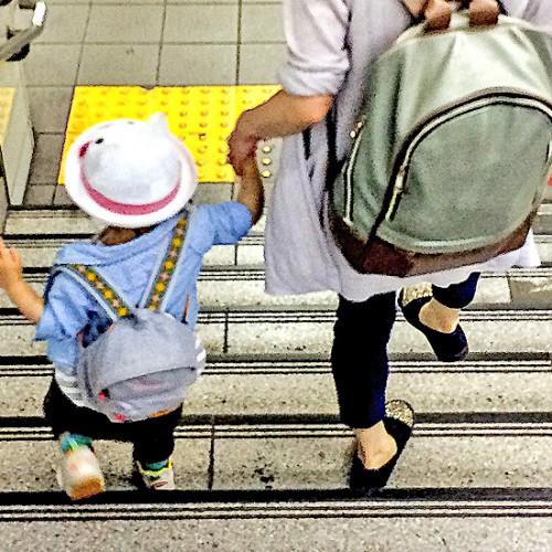 手を繋いで歩く親子
