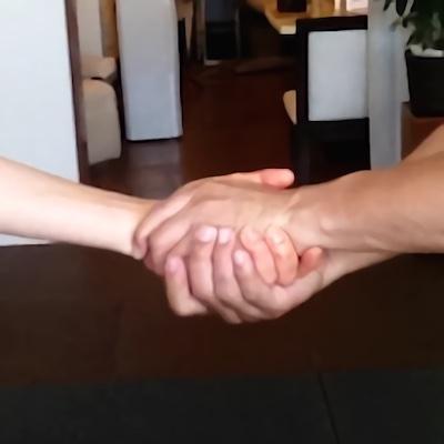 手のひらを下に向けるA1