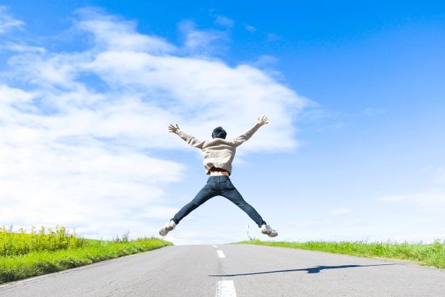 自由・飛び跳ねる男性