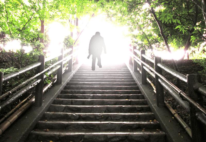 光に向かって階段を昇る