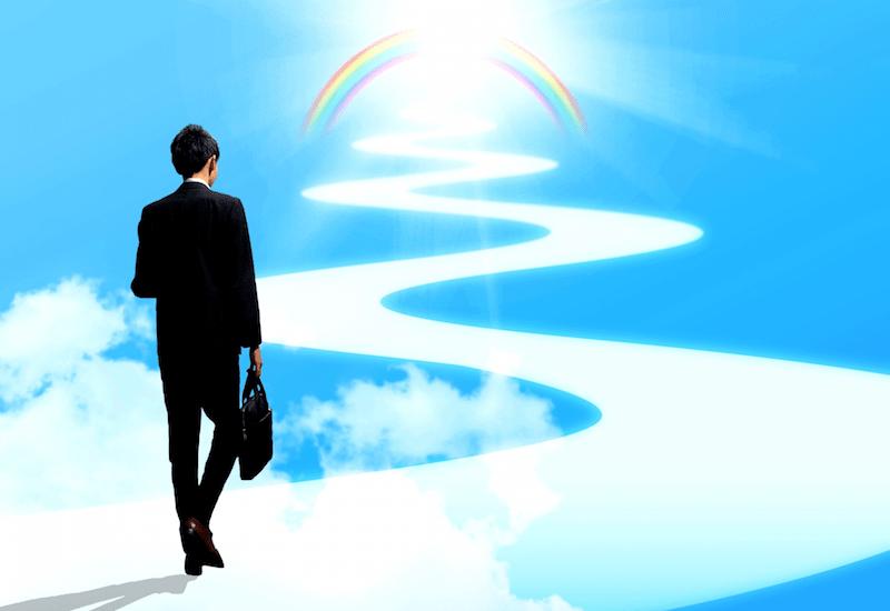 虹に向かう男性