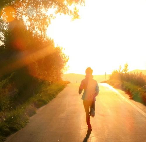 夕日に向かって走るランナー