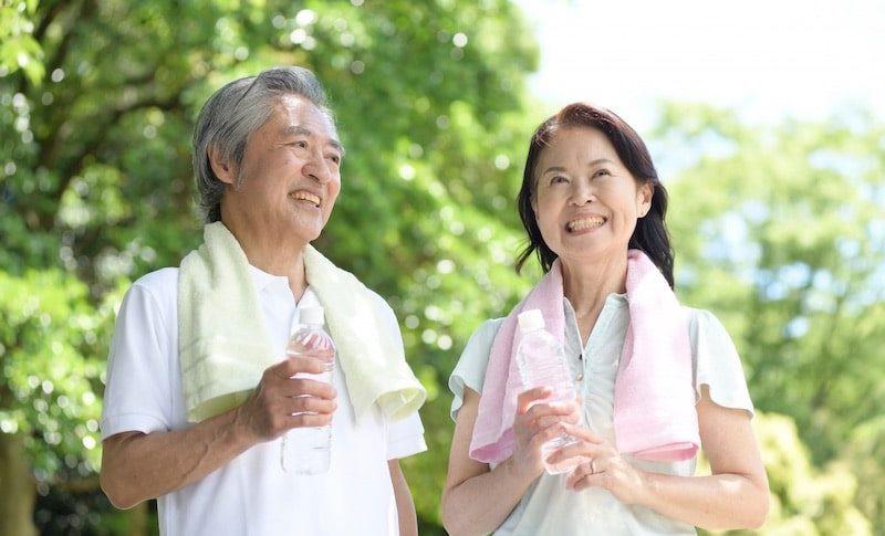 運動する老夫婦