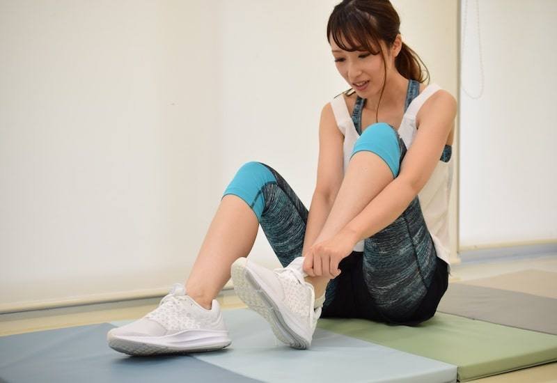トレーニングの準備をする女性