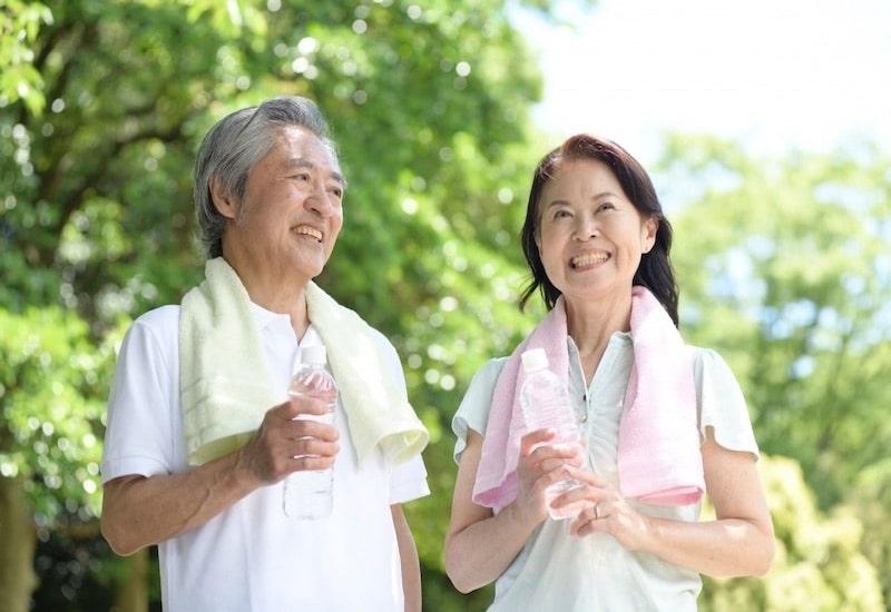 スポーツをする老夫婦
